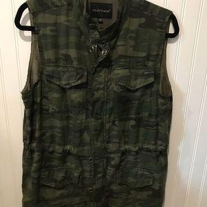 Ladies camo sleeveless jacket